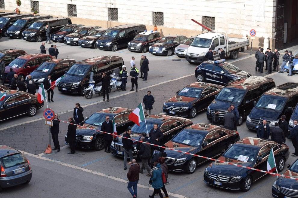 """Bari, la protesta degli autisti Ncc: """"No alla lobby dei tassisti"""""""