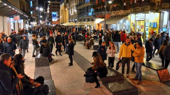 Bari, posata l'ultima pietra su piazza Umberto: via Sparano riapre completamente allo shopping