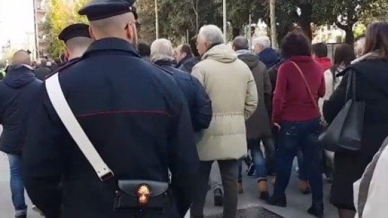 Cerignola, auto del comandante dei carabinieri incendiata: centinaia in piazza per solidarietà