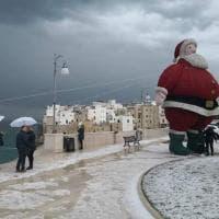 Maltempo, grandine mista a neve a Polignano: la città sotto un manto bianco