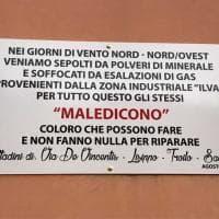 """""""Noi, soffocati da gas e polveri ex Ilva"""": a Taranto torna la targa che maledice chi non fa nulla per riparare"""