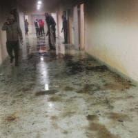 Bari, migranti appiccano il fuoco e allagano corridoi al centro di permanenza: