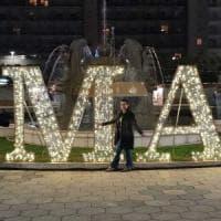 Lecce, foto davanti alla scritta Xmas. Polemiche sulla consigliera di Forza Italia:...