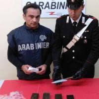 Bari, arrestato giornalaio ambulante e spacciatore: aveva hashish e metadone