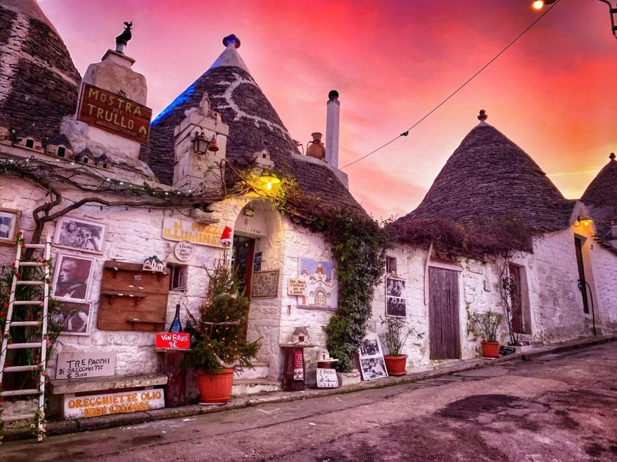 Rosso di sera sui trulli: il magico tramonto a Natale