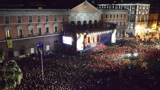 Capodanno a Bari, il freddo non ferma la musica: tutti in piazza per concertone