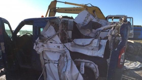 Bari, assalto con le ruspe a un portavalori sulla statale 96: rubati 2,3 milioni per le pensioni