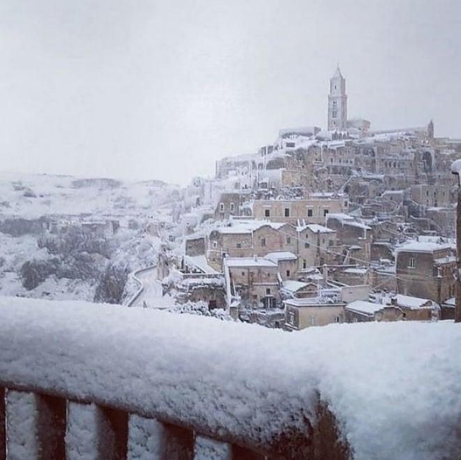 Matera sotto la neve, sui social la magia dei Sassi imbiancati