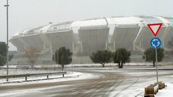Neve in Puglia, è caos trasporti: 7 voli dirottati o cancellati e treni in ritardo di ore
