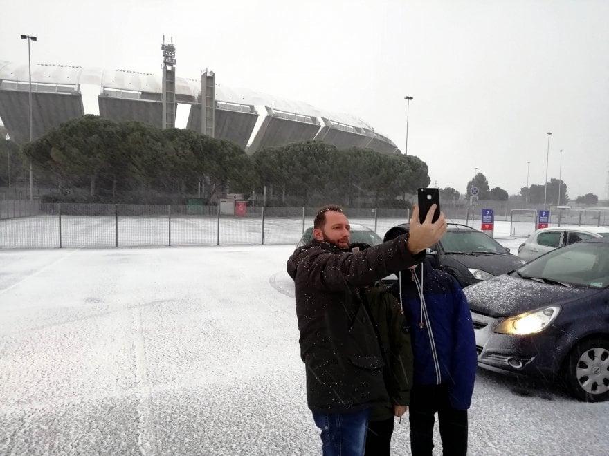 Bari, la neve imbianca lo stadio San Nicola
