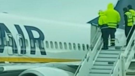 """Secchi d'acqua su aereo a Brindisi, l'Enac indaga. Aeroporti di Puglia: """"Normale de-icing"""""""