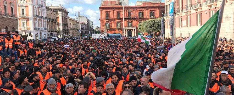 """A Bari 3mila gilet arancioni, sfila la rabbia degli agricoltori contro il governo. M5s: """"Scusateci"""""""