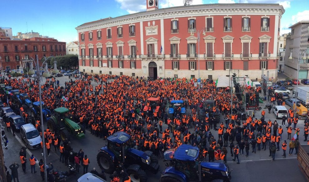 I gilet arancioni a Bari col trattore: la protesta degli agricoltori