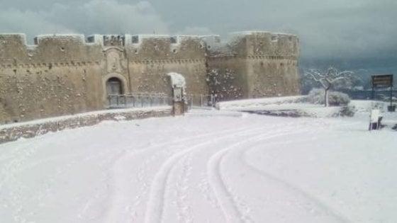 Torna la neve in Puglia: scuole chiuse nel Foggiano. Tra Ostuni e Fasano campi allagati