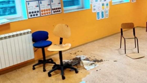 Taranto, in una scuola del rione Tamburi crolla parte del controsoffitto: la classe era vuota