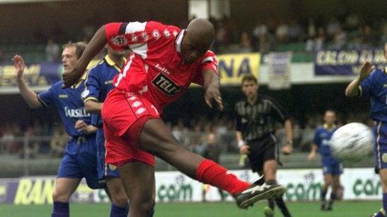 Calcio, è morto a 49 anni Phil Masinga: l'ex attaccante del Bari stroncato da un tumore