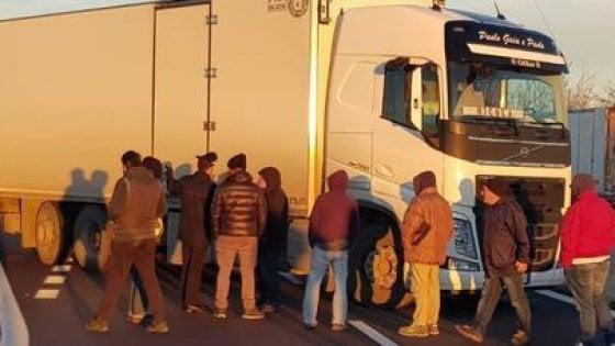 Superstrada Bari-Brindisi bloccata per rapinare un tir di sigarette |  autista ferito