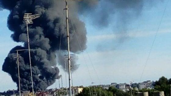 Galatina, grossa colonna di fumo da incendio in un deposito industriale