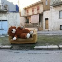 L'orso di peluche è un 'rifiuto ingombrante': lo scatto è social