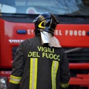 Lecce, incendio in capannone Fse: le fiamme danneggiano anche un treno
