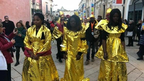 Matera 2019, il messaggio dei migranti: sfilano con gli abiti termici per i soccorsi in mare