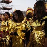 Matera 2019, i migranti sfilano con gli abiti termici per ricordare le vittime degli sbarchi