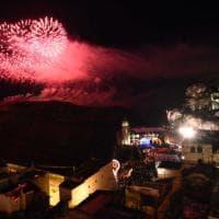Matera 2019, i fuochi d'artificio illuminano i Sassi