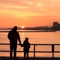 """Mano nella mano per ammirare l'eclissi di luna e l'alba, un papà racconta Bari al figlio """"che non può dormire"""""""