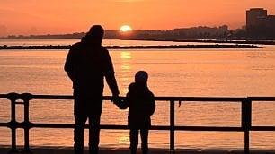 Mano nella mano all'alba  col figlio 'che non può dormire'
