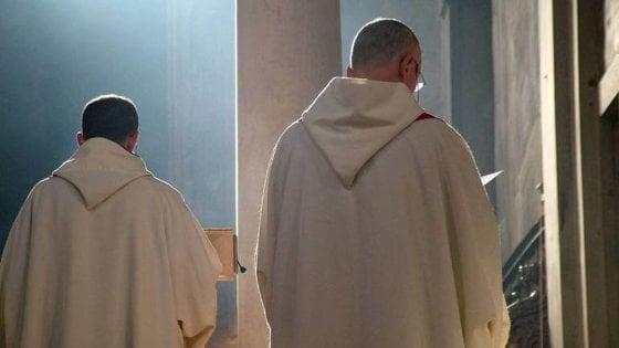 Si presenta in chiesa e celebra una messa: finto monaco scoperto nel Foggiano