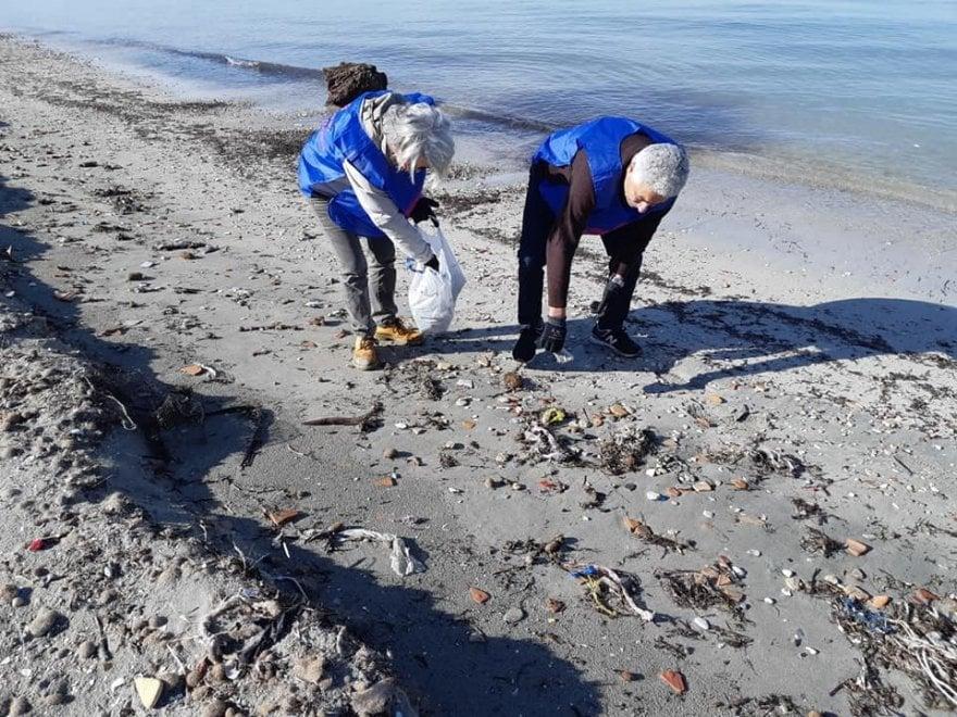 Taranto, i volontari ripuliscono il litorale dai rifiuti
