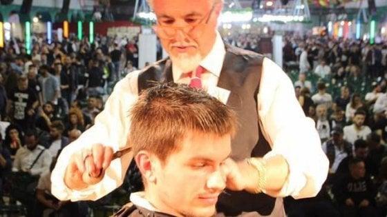 Barbiere inventa e vende in tutta Europa 'forbice miracolosa': taglia e sfoltisce in un solo gesto