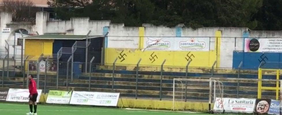 Gravina in Puglia, svastiche sui muri nello stadio: il blitz prima della partita contro il razzismo