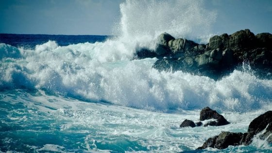 """Salento, affonda peschereccio: due pescatori dispersi in mare. Si salva a nuoto il figlio: """"Dovevo aiutarli"""""""