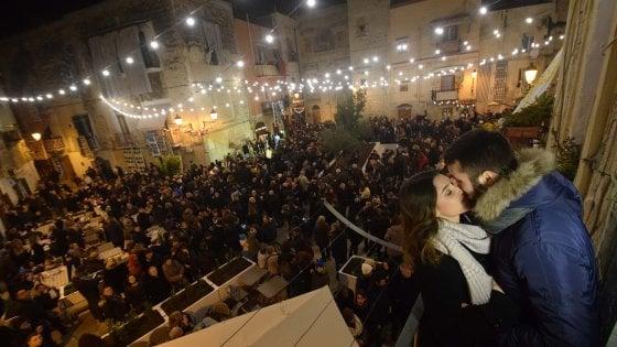 San Valentino, a Bari un gran ballo nella piazza degli innamorati con 'il gioco della spazzola'
