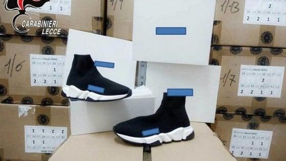 official photos 9e7ee 2700b Lecce, imitavano scarpe di design da 600 euro al paio ...