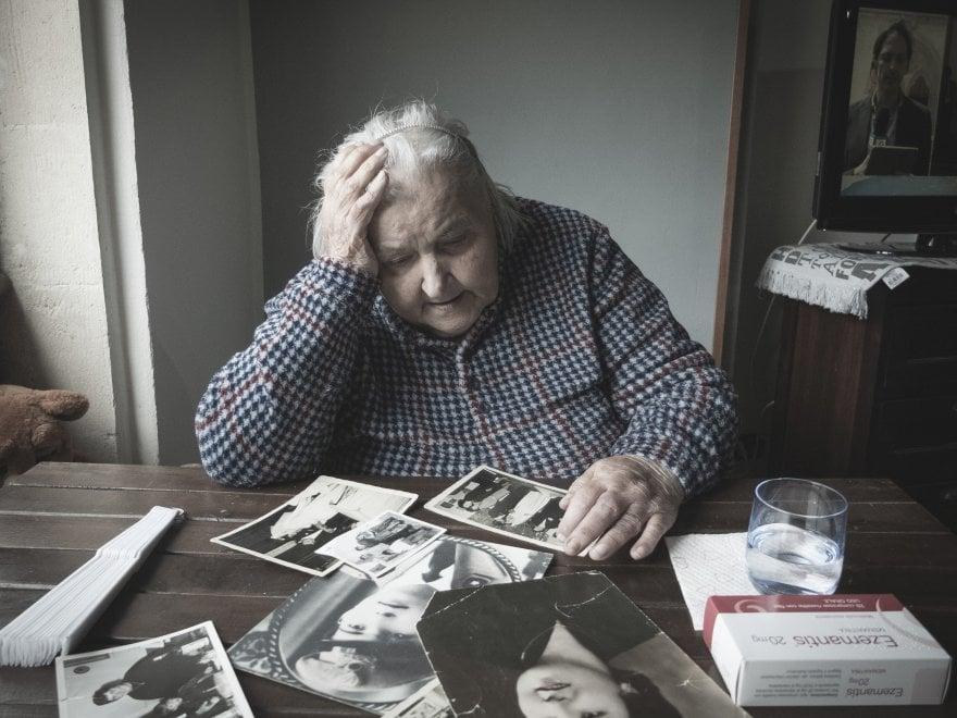 """L'Alzheimer con lo sguardo di un fotografo: """"Uno scatto al giorno per capire mia madre"""""""
