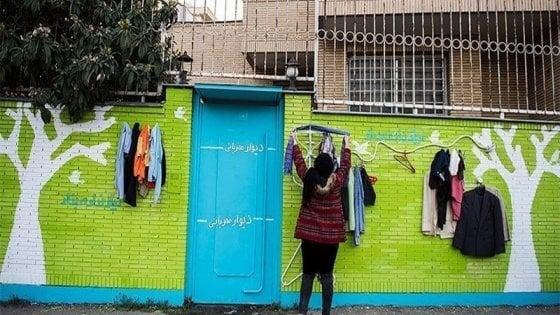 A Bari arriva il 'Muro della solidarietà': chiunque può donare o ricevere abiti e coperte