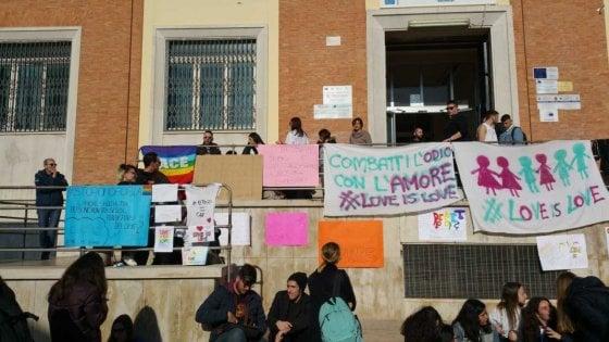 """Brindisi, scritte omofobe contro uno studente. I compagni tappezzano la scuola di cartelli: """"#Siamotuttifroci"""""""