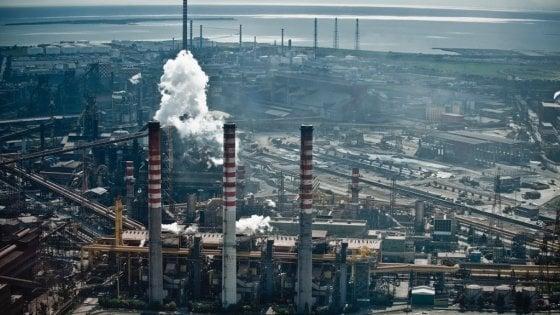Taranto, forte odore di gas in città: malori e segnalazioni. Evacuate due scuole