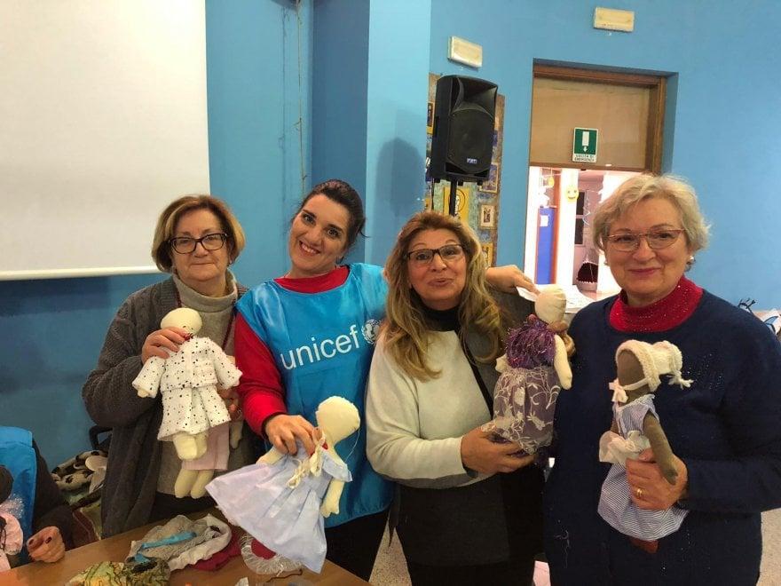 Bimbi, genitori e nonni insieme per l'Unicef: a Bari la scuola diventa 'una fabbrica' di pigotte