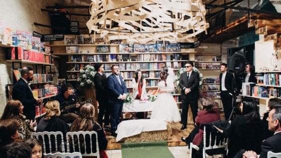 """Matrimonio in libreria a Bisceglie: """"Sono un lettore seriale, non potevo sposarmi altrove"""""""