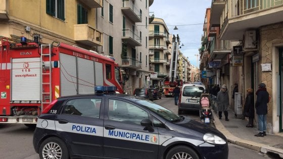 Bari, piovono calcinacci in via Re David: ferito alla testa commerciante 71enne