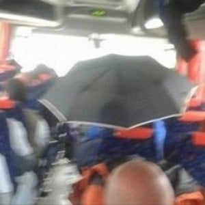 Sul bus Matera-Irsina piove e gli studenti sono costretti ad aprire gli ombrelli