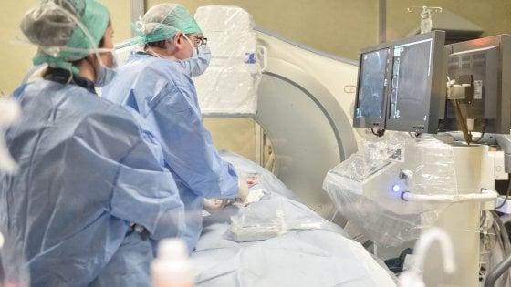 Brindisi, pollo e carne di manzo in sala operatoria: sospeso il ginecologo che si esercitava a mettere i punti