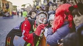 Carnevale, a Putignano la sfilata dei carri giganti: si apre la 'più antica festa d'Europa'