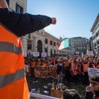 I gilet arancioni a Roma, migliaia di agricoltori pugliesi in piazza contro