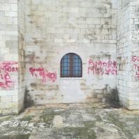 """La cattedrale di Trani imbrattata dalle scritte per San Valentino. Il sindaco: """"Luigi hai una fidanzata idiota"""""""