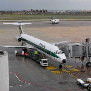 """Bari, fulmine colpisce un aereo durante l'atterraggio: """"Un boato, ma tutti stanno bene"""""""