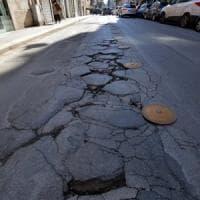 Bari, in centro l'asfalto si sgretola e dalle buche si rivedono le vecchie chianche